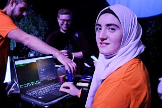 Meimona liker at editoren Atom hjelper henne med å fullføre kode, og få den opp til Github. Foto: Ole Petter Baugerød Stokke