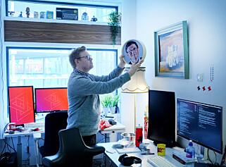 Jørgen henger opp Bill Gates-klokka han kjøpte til det mikroskopiske kode24-kontoret i Aller-bygget på Hasle i Oslo. Foto: Ole Petter Baugerød Stokke