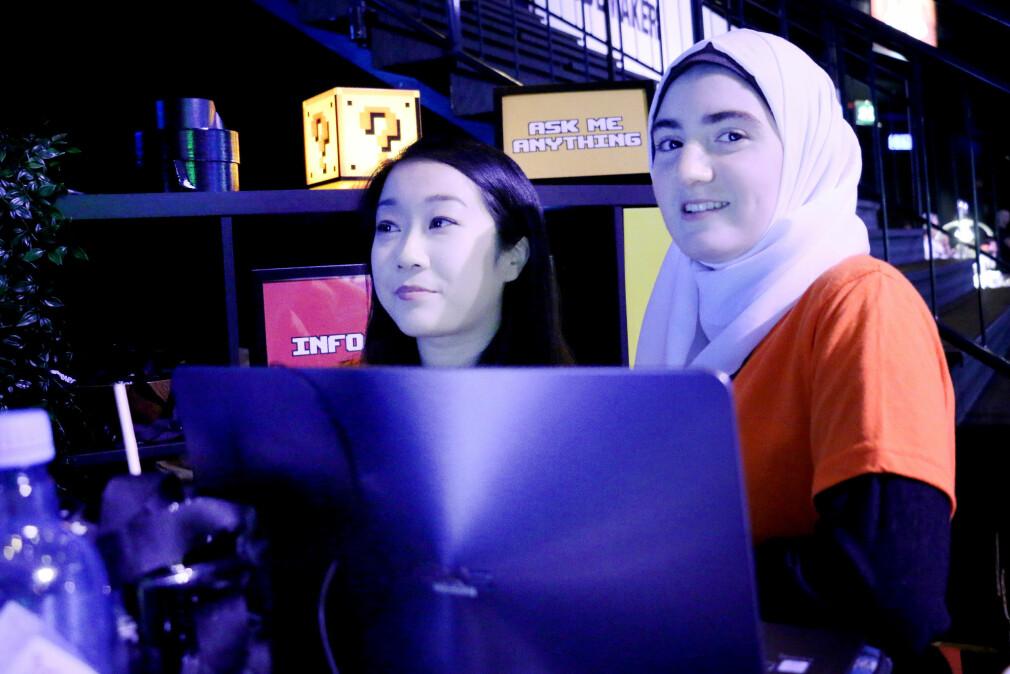 Truc-My og Meimona er begge studenter ved Universitetet i Oslo. Hun ene bruker Atom for det er enkelt, hun andre Emacs fordi det er vanskelig. Men norske kodere flest bruker VS Code, ifølge kode24 sin undersøkelse. Foto: Ole Petter Baugerød Stokke