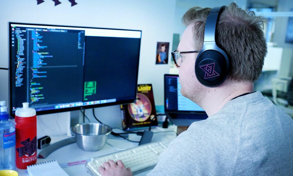 Her fikser jeg litt CSS på kode24-kontoret. Bonuspoeng hvis du klarer å gjette spillesken i bakgrunnen! Foto: Ole Petter Baugerød Stokke