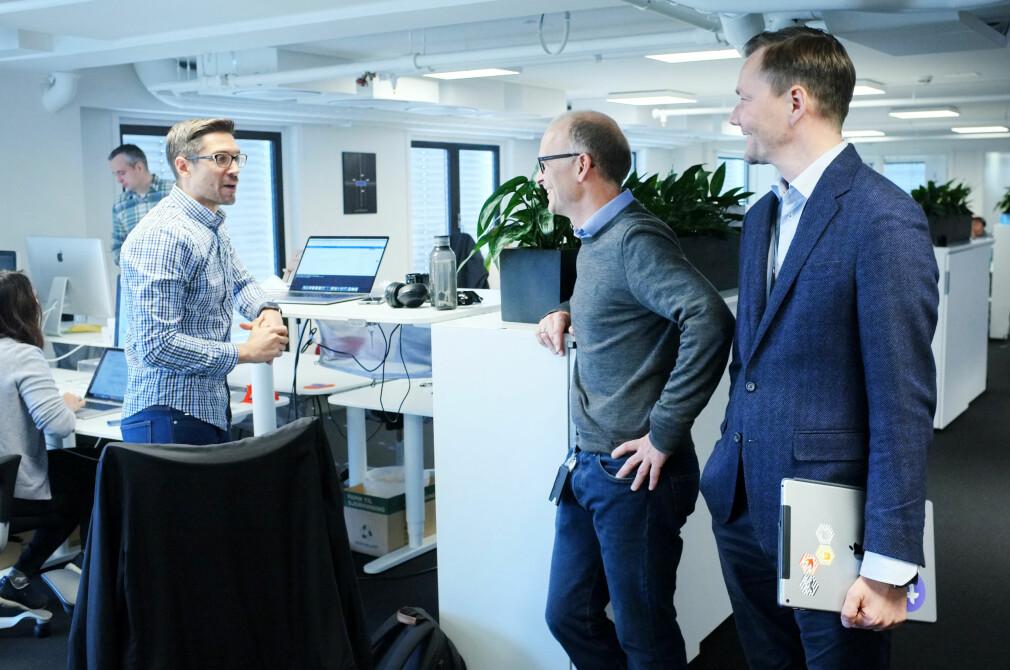 Driftsdirektør Jonas Rein Tovsen, helt til høyre, og strategidirektør Marius Mårnes Mathiesen i Shortcut koordinerer apputvikling for over 50 millioner kroner i året. I lokalene midt i Oslo sentrum har de dermed bygget et av Norges største miljøer for apputvikling. Foto: Ole Petter Baugerød Stokke