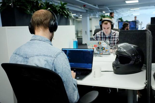 Utviklerne i Shortcut sitter ofte ute hos andre bedrifter, og må teste løsningene sine i ekte omgivelser og situasjoner. Foto: Ole Petter Baugerød Stokke