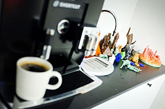 Shortcut er glad i å prøve ny teknologi, som en hel haug 3D-printa krimskrams ved kaffemaskinen vitner om. Foto: Ole Petter Baugerød Stokke