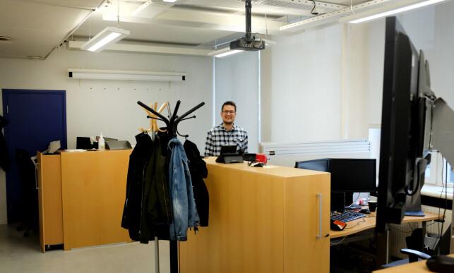 Joakim trives som en del av «Anakonda-teamet». Her ved pulten hans i kontorlandskapet på NAV. Foto: Jørgen Jacobsen