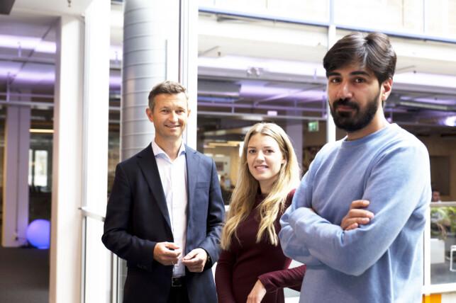 Direktør for digitalisering og innovasjon Vegard Østlie i SiO, kvalitetskoordinator Vene Vike i SiO og Arash Saidi fra Convertelligence har sammen laget SiO sin Robert. 📸: Unni Irmelin Kvam, SiO