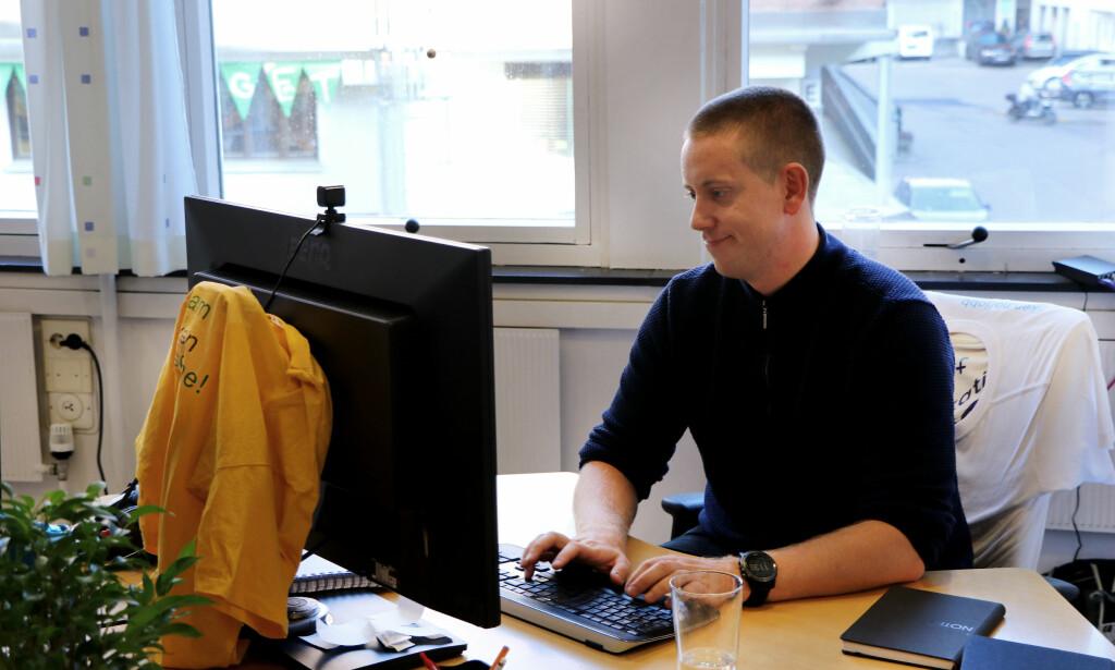 Aleksander Blomskøld på kontoret han deler med kun én annen utvikler i Fiken. - Vi synes det funker bra å slippe åpent landskap, forteller Aleksander.
