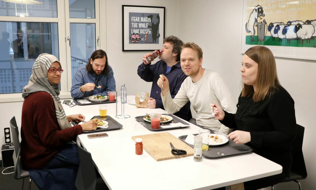 God steming i kantina. 🥗 Deler av teamet bak IncludeOS og Mothership. 📸: Jørgen Jacobsen