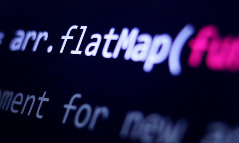 Mikael Brevik viser deg hvordan flat- og flatMap-funksjonene fungerer i Javascript. 📸: Ole Petter Baugerød Stokke