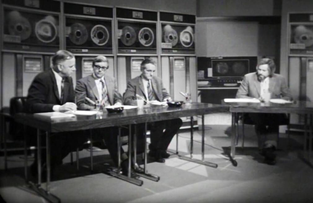 NRK-programmet Datatid fra 1972 hadde et rimelig fantastisk studio, med digre båndmaskiner og askebeger på pultene. 📸: NRK