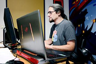 Teknologisjef Christian Tellefsen i Megapop har en heftig laptop han selv betegner som «slepbar». 📸: Ole Petter Baugerød Stokke