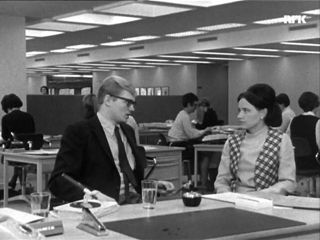 En ung kvinne blir intervjuet om sin erfaring med åpent kontorlandskap. 📸: NRK
