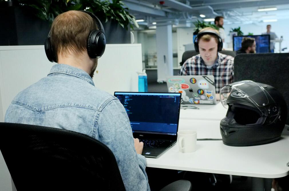 To utviklere i et åpent kontorlandskap, med hver sine Bose støyreduserende hodetelefoner. Et klassisk syn. 📸: Ole Petter Baugerød Stokke