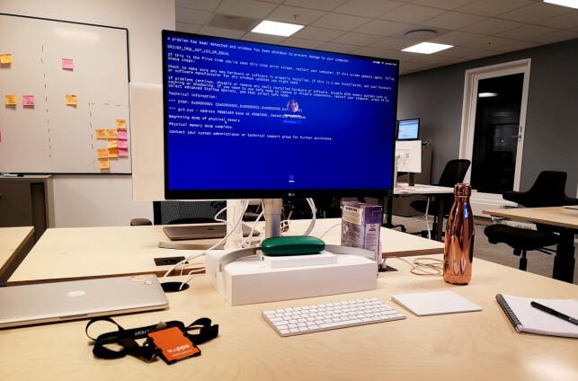 Slik ser pulten til Hanne Lohne Try ut. Og blåskjermen fra Windows er altså bare et bakgrunnsbilde. 📸: Privat