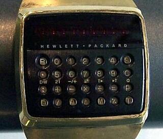 HP 01-LED-kalkulatorklokka blir brukt av mannskapet på Marco Polo for å låse opp dører på romskipet. 📸: CC BY-SA 3.0 Stahlkocher