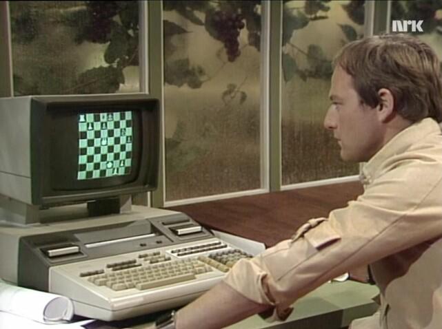 Bjørn Floberg slapper av med et parti datasjakk på en primitiv datamaskin i kantina på romskipet Marco Polo. 📸: NRK