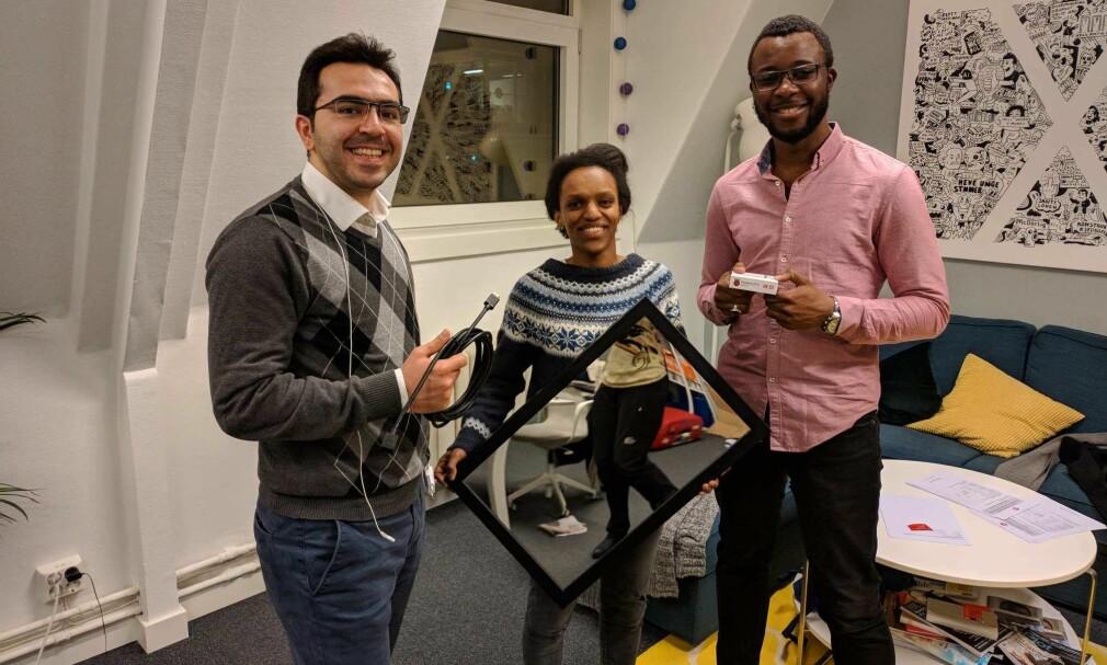 HackTechGo! holder kurs i smartspeil-bygging på karrieresenteret JobbX. Fra venstre til høyre: Alizamin Jafarli, Hiruth Marie Stautland og Mori Diakite 📸: HackTechGo!