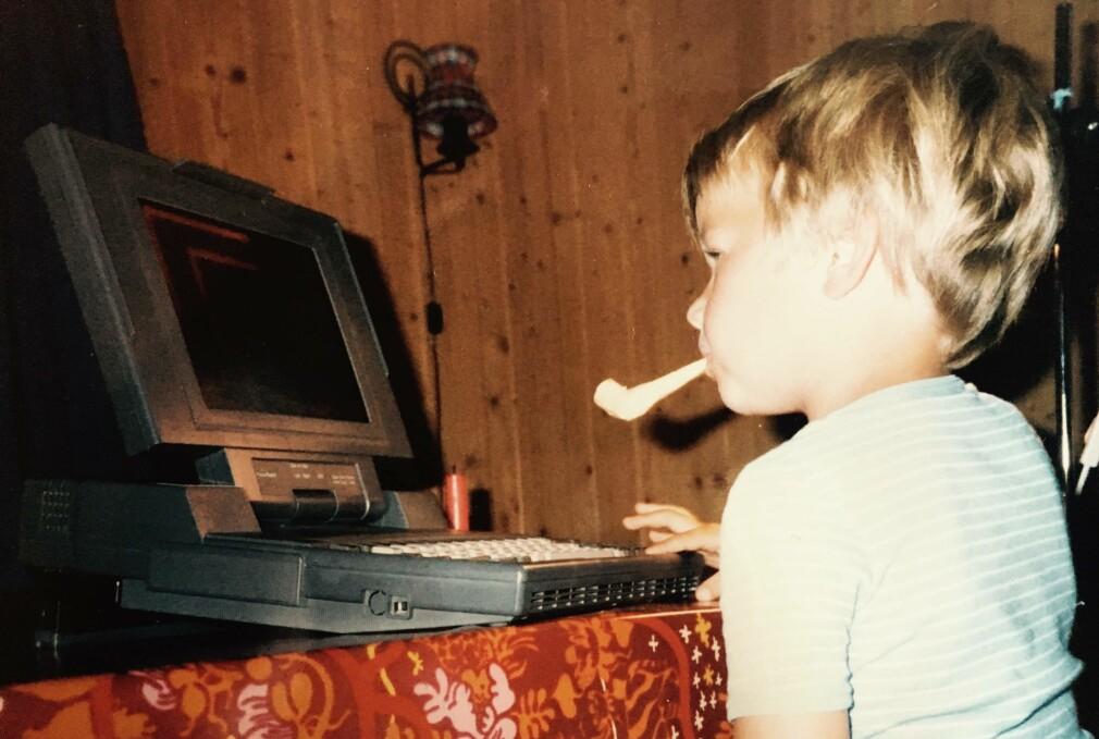 Meg, en gang på 80-tallet. Jeg hadde ikke begynt å programmere riktig ennå, men kvelder som dette med pappas jobb-PC var det som satt hjulene i gang. Og de første kodeeventyrene ble gjort i Basic. 📸: Pappa