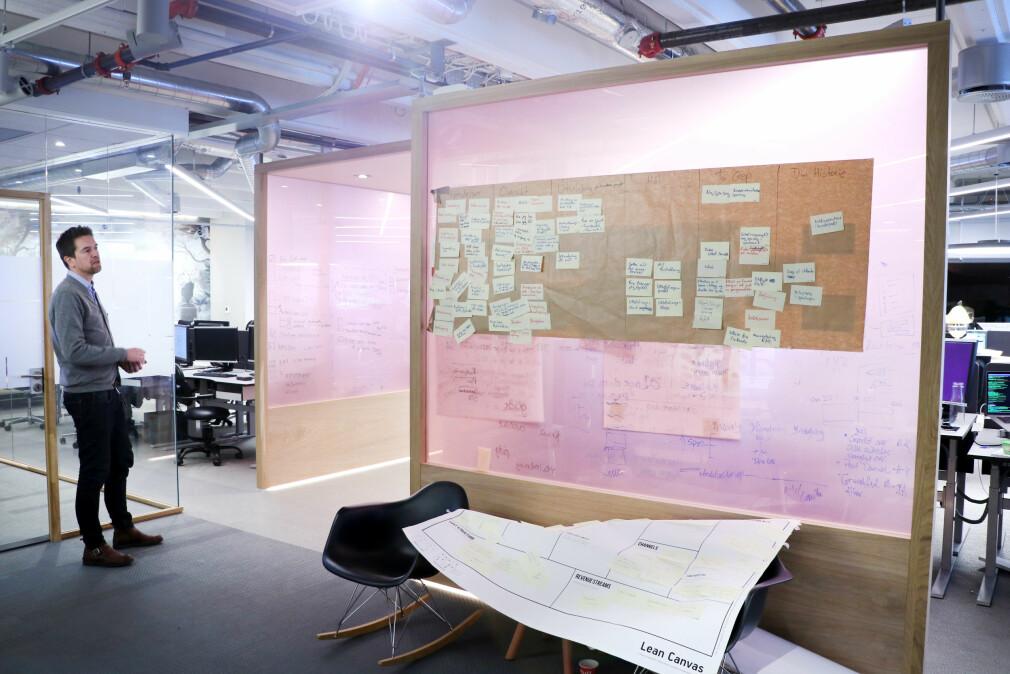 Digitalsjef Terje Løken i Storebrand sjekker ut hva kollegaene hans jobber med - blant annet API-er som snart kan bli langt mer tilgjengelige for alle. 📸: Ole Petter Baugerød Stokke