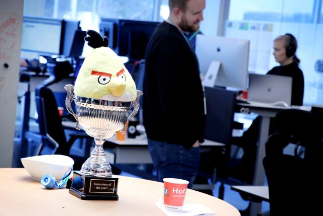 Storebrands utviklere ser ut til å være glade i godteri, kaffe og pokaler. 📸: Ole Petter Baugerød Stokke