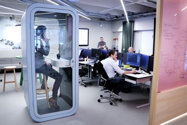 Åpent kontorlandskap skal visst gå greit for Storebrands del, blant annet på grunn av disse boksene man skal prate i telefonen i. Vi fikk Terje Løken til å demonstrere. 📸: Ole Petter Baugerød Stokke