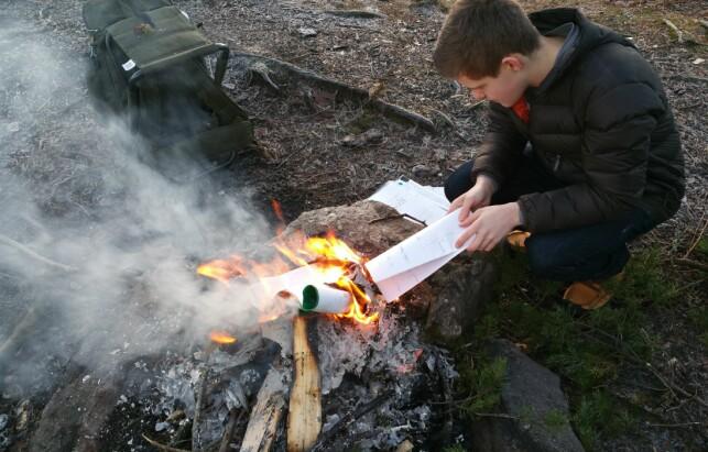 Maximilian Øystå Lloyd brente skolebøkene sine sammen med faren i 2016. 📸: Privat
