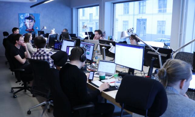 Nettbureau innrømmer at de har vokst ut av lokalet. Hele gjengen sitter på to gigantiske skrivebord. 📸: Jørgen Jacobsen