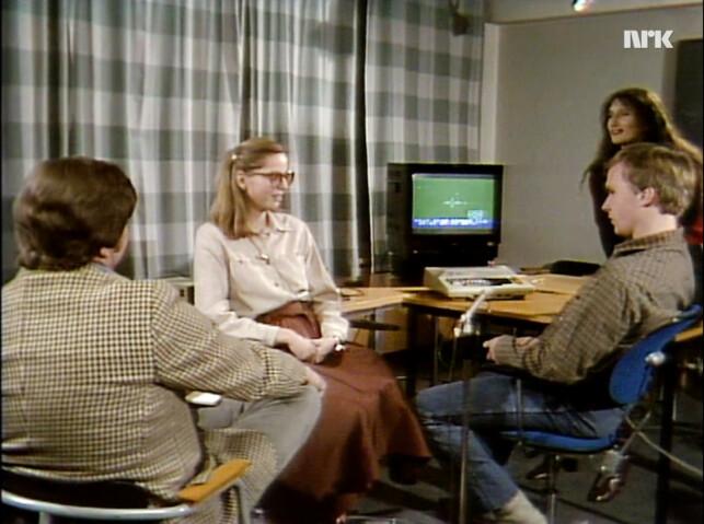 Harald Tusberg og Vibeke Løkkeberg var også på besøk hos EDB-senteret på Universitetet i Oslo, for å møte noen spillglade ungdommer. De måtte dessverre styret spillet med tastaturet, uten å rope kommandoer inn i en mikrofon. 📸: NRK