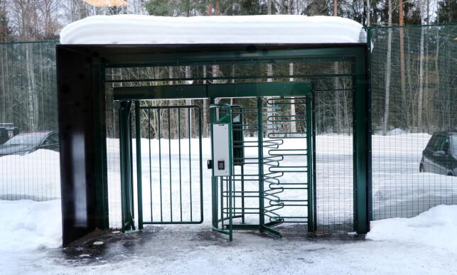 Den grønne porten som leder inn til Basefarm. 📸: Jørgen Jacobsen