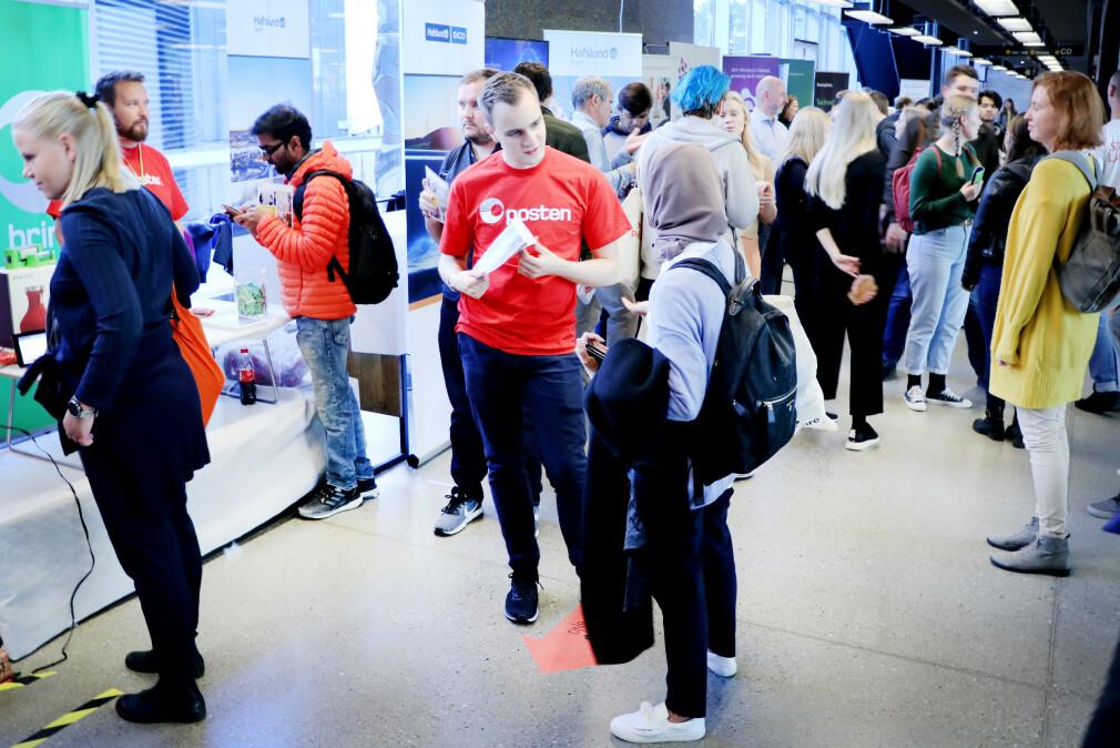 Bør man bare skippe studentlivet? Se på Youtube-videoer eller ta nettkurs i stedet for bachelor? Nei – ikke ennå, i alle fall. Her fra dagen@ifi i fjor, hvor studenter på Universitetet i Oslo møter et næringsliv som hungrer etter utviklere. 📸: Ole Petter Baugerød Stokke