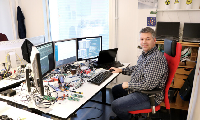 Senior systemutvikler Kåre Gunnar Bolling Nesheim ved pulten sin. Han synes arbeidet hos Datek nesten er som å være tilbake i 8-bit-verdenen. 📸: Jørgen Jacobsen