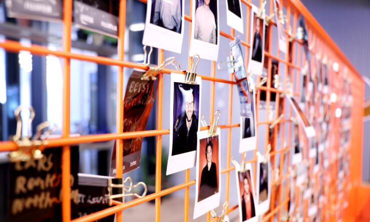 Bilder av de ansatte henger i inngangspartiet. 📸: Jørgen Jacobsen