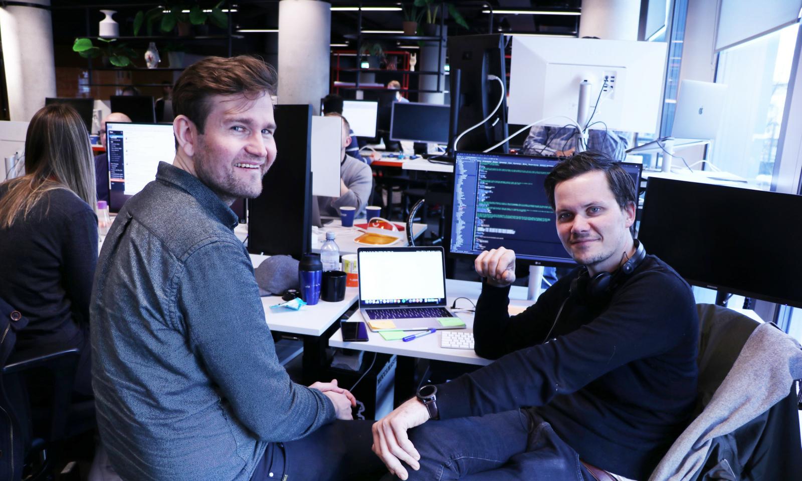 Backendutvikler Audun Follegg i diskusjon med kollega hos Vipps. 📸: Jørgen Jacobsen