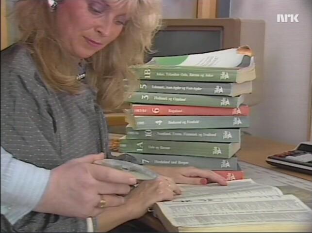 Slutt å lese i telefonkatalogen, bruk heller denne CD-ROM-en, forklarer en stemme utenfor skjermen. 📸: NRK