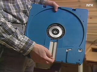 Bedriften lagrer data på enorme harddisker. 📸: NRK