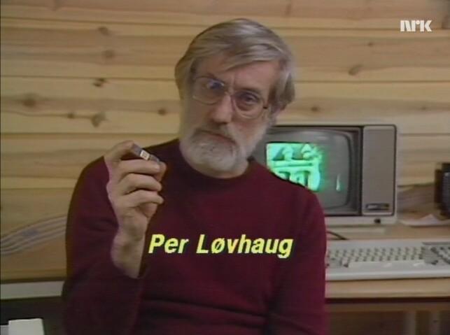 Forfatter Per Løvhaug viser frem en microchip. 📸: NRK