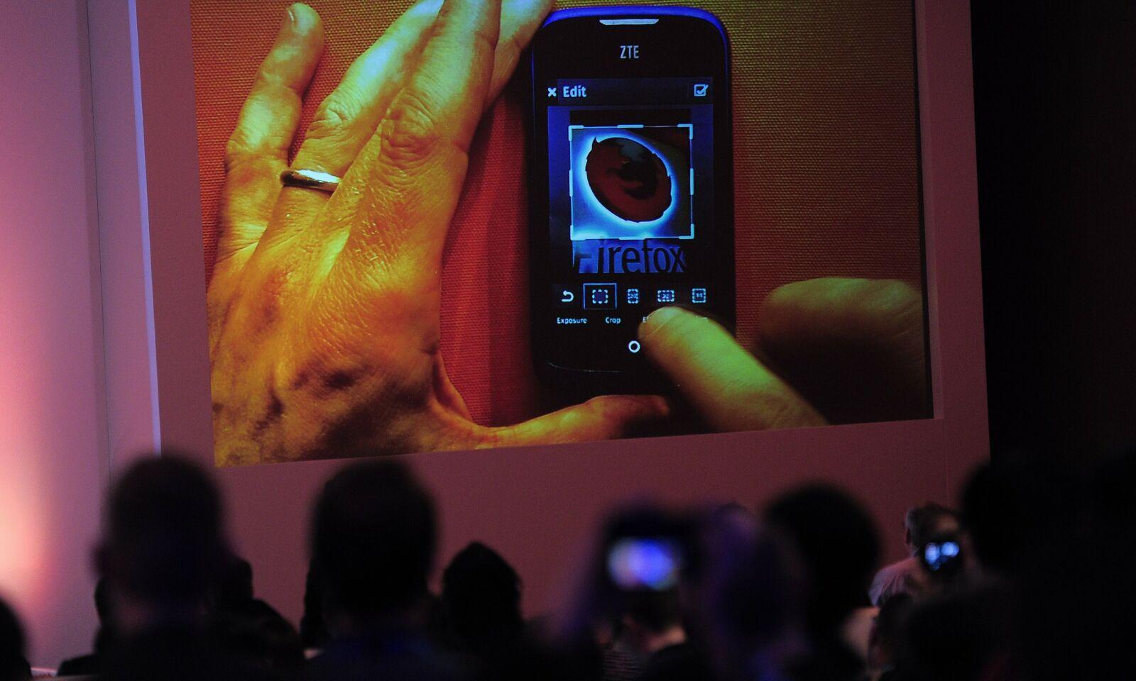 Tilskuere følger spent med på Firefox OS-avløringen på Mobile World Conference 2013 i Barcelona. 📸: NTB Scanpix / Josep Lago / AFP