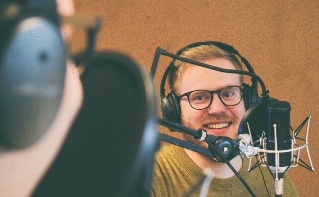 Kjetil M. Golid jobber som utvikler i Bekk, og lager kodekunst på fritida. Her fra et besøk i BartJS-podcasten. 📸: BartJS