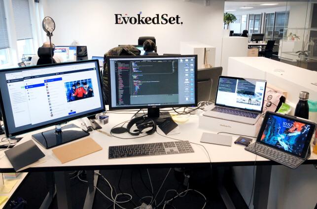 Det står ikke på antall skjermer på pulten til Martin Menneske Gammelsæter Jacobsen. 📸: Privat