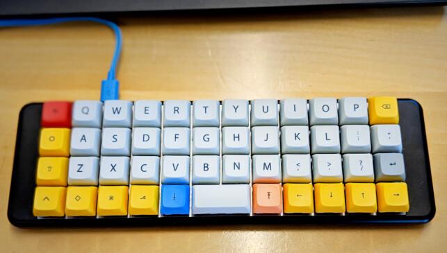 Hvordan programmerer man på et så lite tastatur? Svaret er de mange funksjonstastene, som man bruker for å navigere ulike lag, med ulike sett av tegn. Trikset er å huske hva som er hvor. 📸: Eivind B. Smedseng