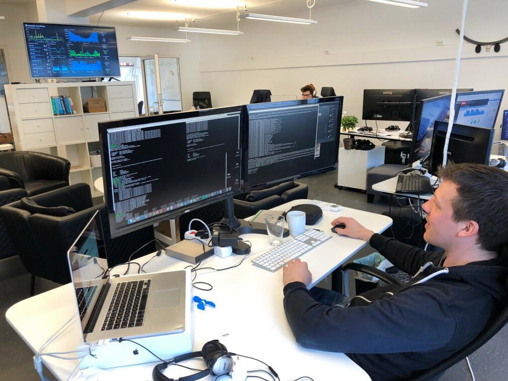 Magnus Liseter bak pulten hvor driften av Linkpulse styres. 📸: Privat