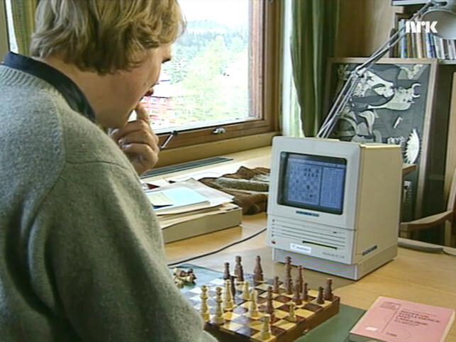 Henrik Sinding-Larsen ved Norges almenvitenskapelige forskningsråd kjemper mot datamaskinen i sjakk. Men nekter for at den har fantasi. Dessverre. 📸: NRK