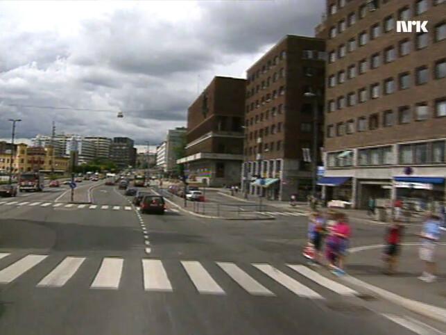Datamaskiner som kjører bil gjennom Oslo-trafikken var en fjern drøm i 1992. Her kjører de forbi rådhuset, på det som da var en svært så trafikkert gate. 📸: NRK
