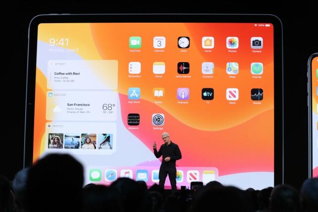 Apple-direktør Tim Cook viste fram iPadOS, som mest sannsynlig bare er iOS med et nytt navn. Blant annet skal man nå kunne få mer informasjon på hjemskjermen, som foreløpig ikke har utnyttet plassen særlig bra. 📸: Justin Sullivan / AFP / NTB Scanpix