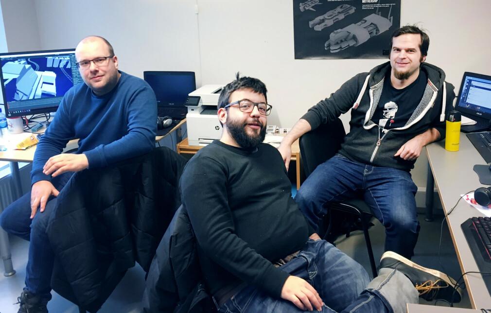Anders Lindås, til venstre, sammen med Theodor Florian Purcaru og Andreas Fjell, utgjør kjernen av PodPal Games. De jobber nå ved siden av andre jobber for å bli ferdige med det norske spillet Age of Space. 📸: PodPal Games