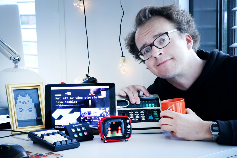 Gamle iPad-er, kalkulatorer, ting med mange knapper - jeg kan aldri få nok av slikt drit på pulten min. Jeg skammes forøvrig over å ha tatt dette bildet med selvutløser, fordi jeg ikke turte å be noen om å ta et bilde av meg, og Jørgen er på ferie. 📸: Ole Petter Baugerød Stokke