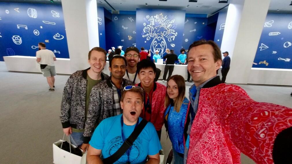 Khoa Pham i midten med rød jakke, omgitt av alle kollegene i Shortcut som reiste på WWDC19 i år. 📸: Privat