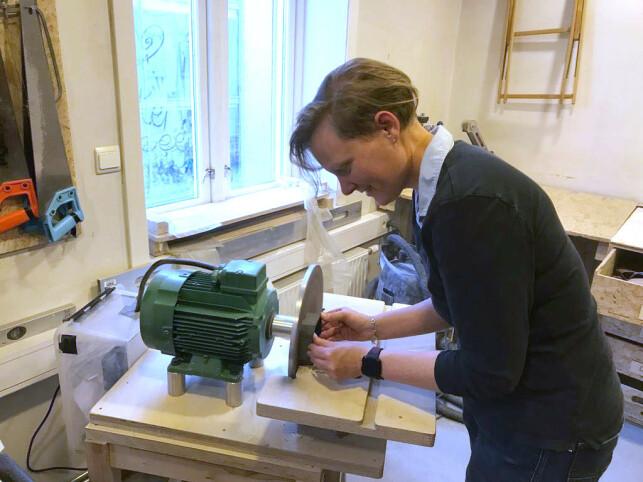 Hanne Johnsen i sving med å prototyper av den fysiske boksen. 📸: Privat