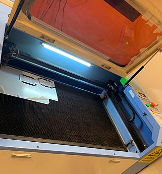 Her er laserkutteren Hanne Johnsen brukte. 📸: Privat