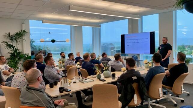 - Hver andre tirsdag i måneden møtes konsulentene i Itema til faglig forum. Her gjør vi alt fra å fortelle om oppdraget man er på, hva slags teknologi og hvordan man jobber, til å programmerere roboter i MicroPython, forteller Torkild Ulvøy Resheim. 📸: Privat