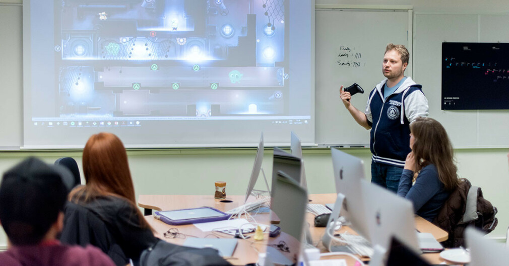 Dag-Erling Jensen er fagansvarlig for spillutvikling på Fagskolen Kristiania, og har brukt studentene sine for å teste ut spillet Agents vs Villain. Studioet hans, Process, har gitt ut spillet til Xbox One, og snart kan det komme på både PC og Switch. 📸: Fagskolen Kristiania